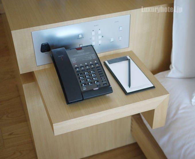 反対側のベッドサイドにもコントロールボタン、そして電話とメモ帳