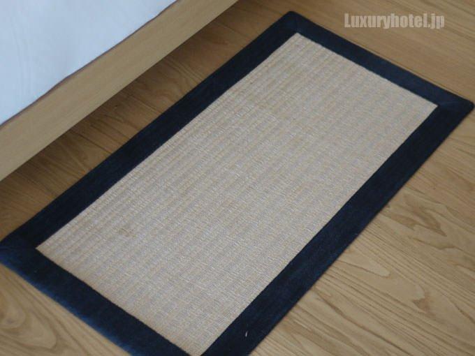 ベッドサイドにも小さい畳状のフロアマット