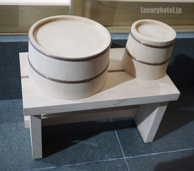 洗い場にある檜の桶と椅子