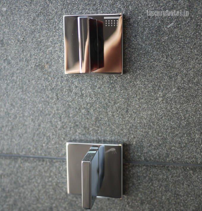 シャワーノブ 上がレインシャワー、下がハンドシャワー