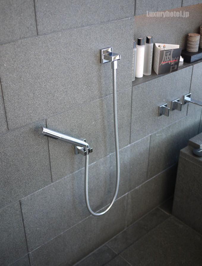 浴槽の手前にある洗い場のシャワー