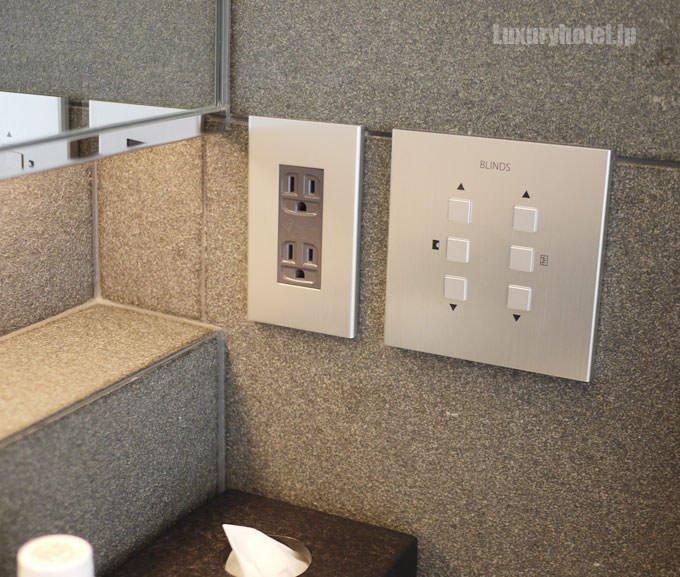 右端の壁には、浴室のブラインドを上げ下げするスイッチ