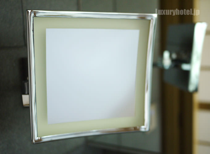 拡大鏡は顔の高さ近辺に設置されている