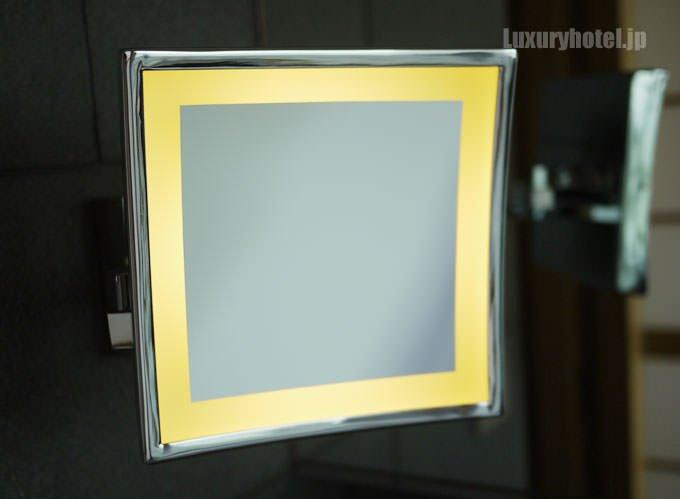 拡大鏡のスイッチを入れると周りが光る