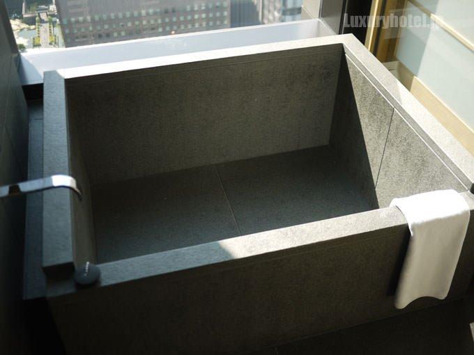 アマン東京のバスルーム浴槽 タイトル画像