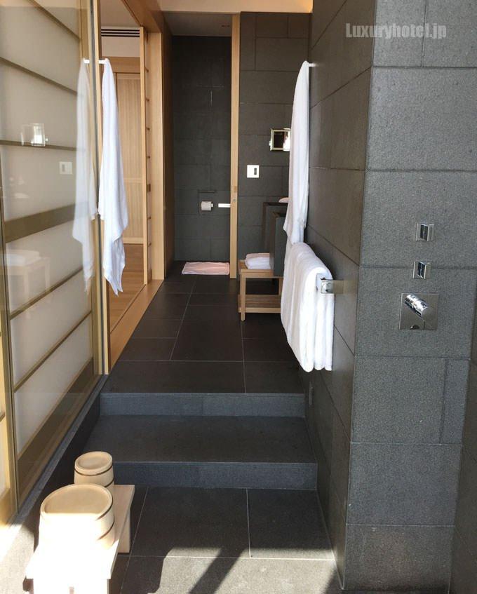 バスルームは細長い作りになっている