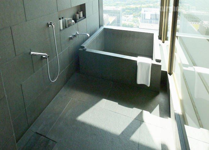 バスルームの右奥に浴槽と洗い場がある 浴槽は花崗岩でできている
