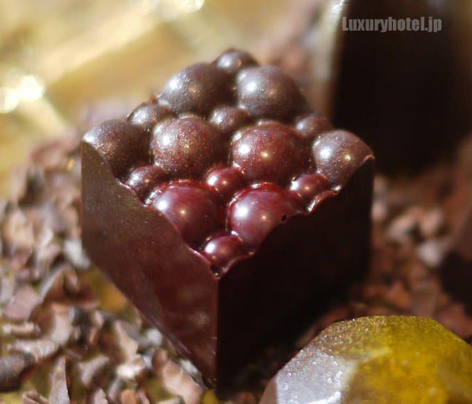 上面に丸い装飾があるチョコレート