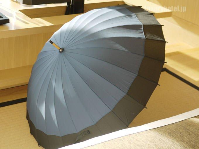 アマン東京の傘は大きめ 傘を開くとロゴはない