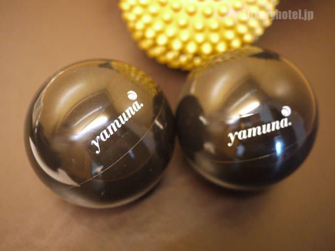 ヤムナの黒いボールが2つ