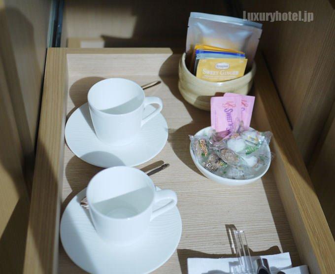 一番右の扉、1段目にはエスプレッソカップとお茶、紅茶