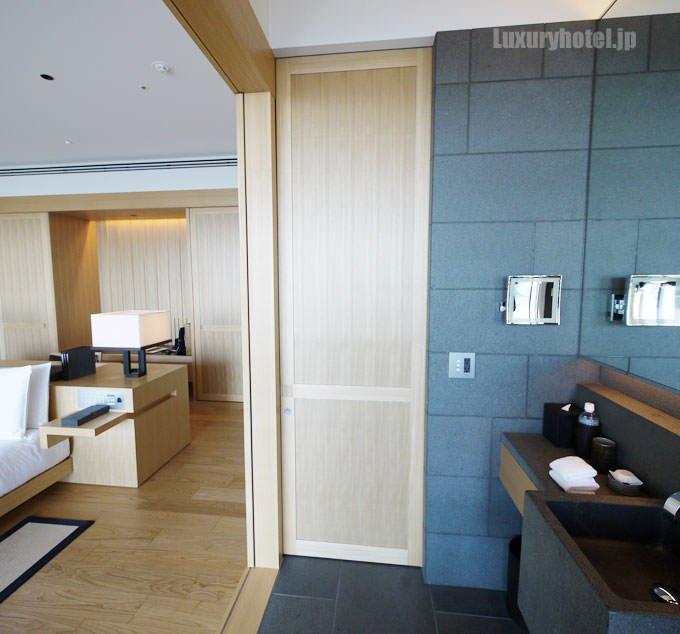アマン東京 バスルームのトイレは浴槽の反対側にあります