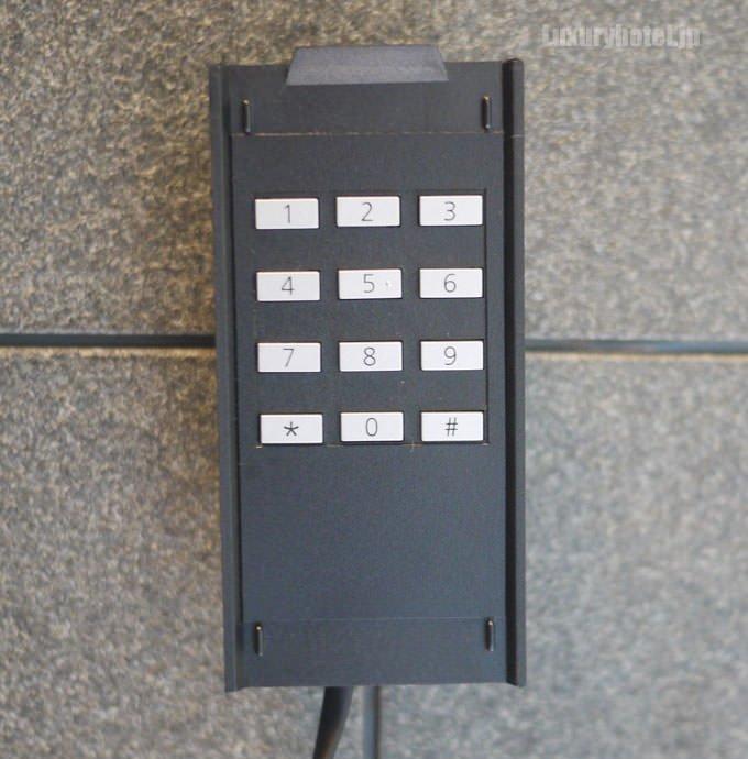 受話器を外すと番号のボタンがあります