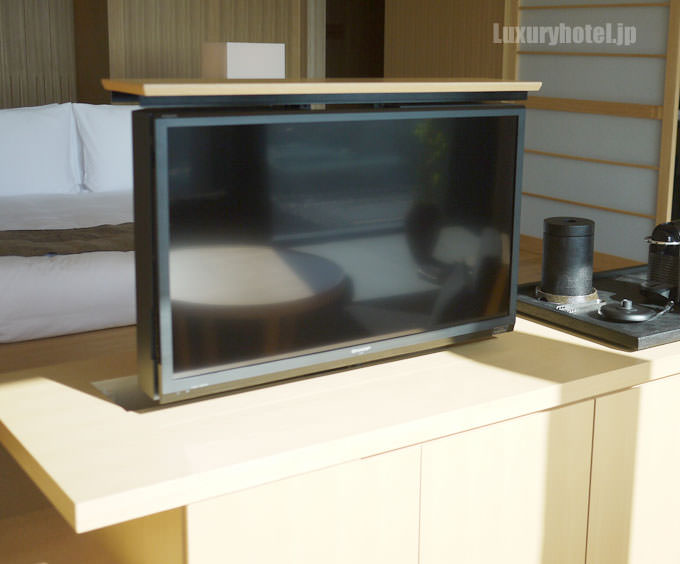 テレビは窓の方へ回転するので窓ソファーから見ることもできる