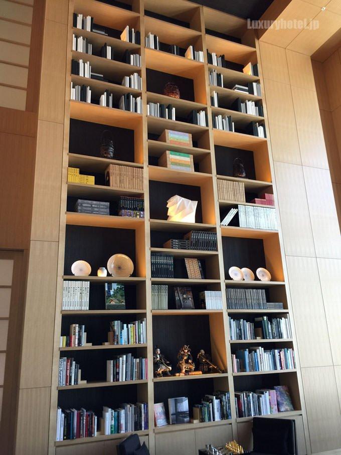ライブラリの書棚 天井まで届くほど大きい