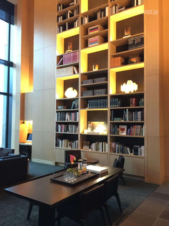 ライブラリーの壁には本がたくさん用意されている