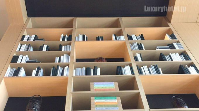 上の方の本にはカバーがかかっている