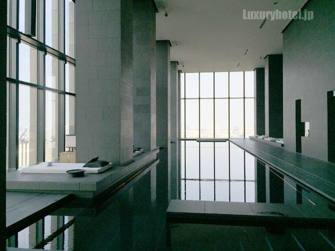 「アマン・スパ」のプール 窓から明るい光が入る