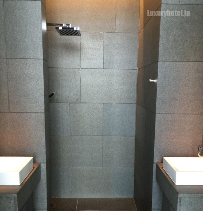 プールエリアにはシャワーもある