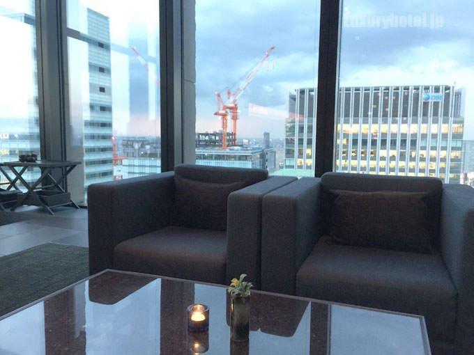 「ザ・ラウンジ by アマン」の椅子とテーブル