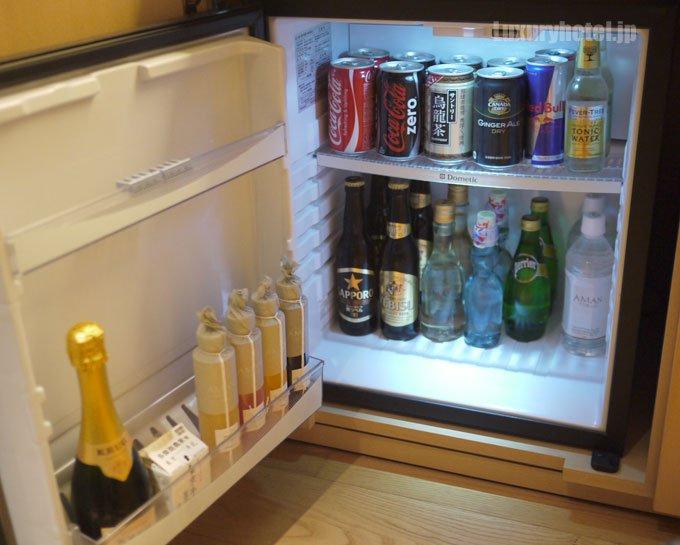 冷蔵庫の中のソフトドリンク、飲んだものがすべて補充されている