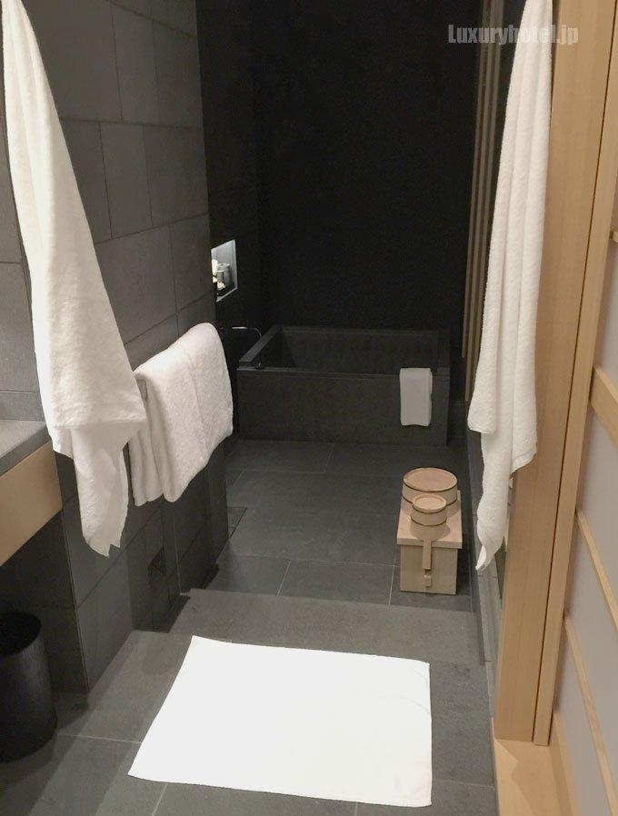 バスルームにはバスマットが敷かれて、すべて綺麗になってブラインドが降りている