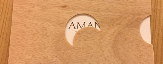 ベッドの上に置かれていたカード アマンのロゴが見えている