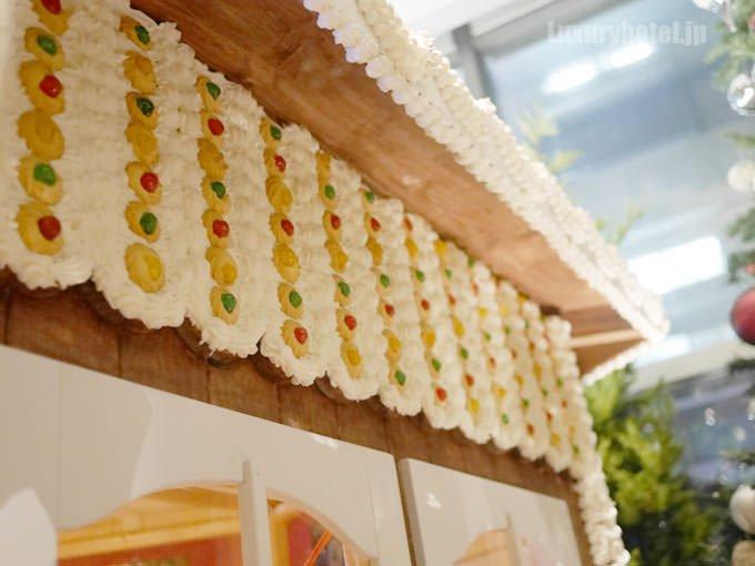 お菓子の家の壁にはクッキーとクリーム