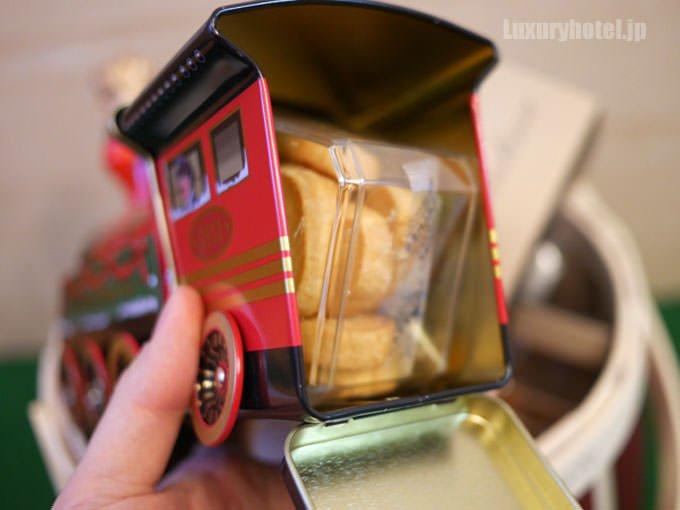 機関車の缶を開けるとお菓子が入っている