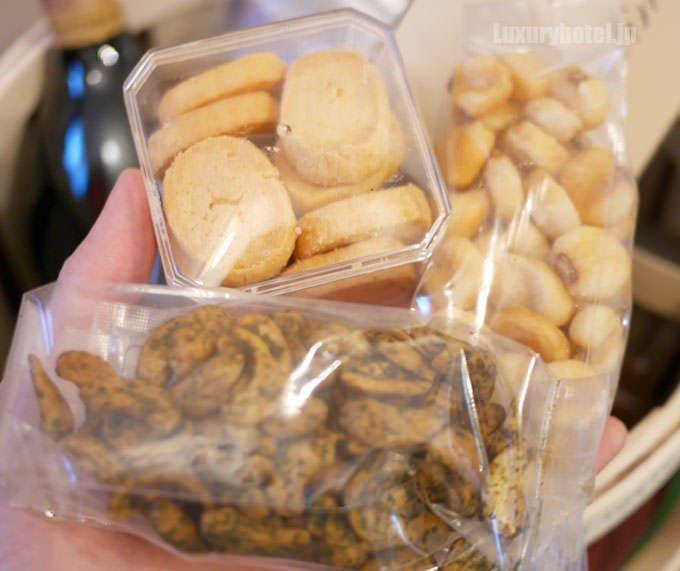 機関車の缶の中身 チーズクッキー、青海苔のカシューナッツ、ジャイアントコーン
