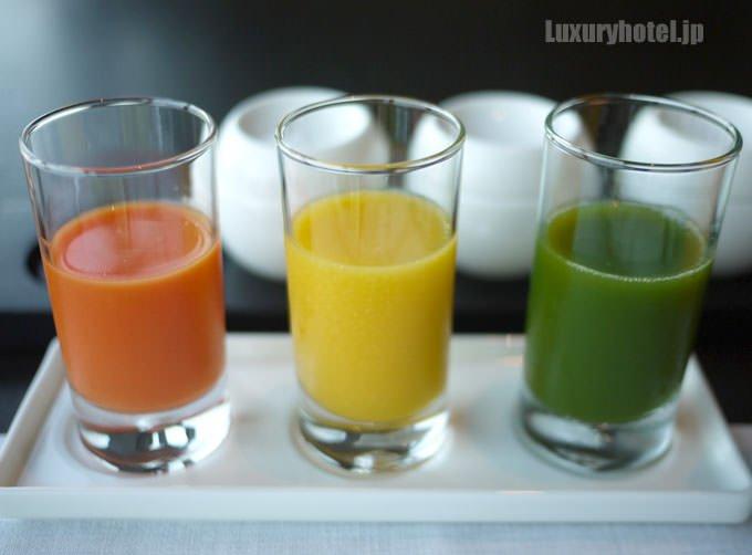 「本日の無農薬野菜ジュース」と「マンゴーと柚子のスムージー」