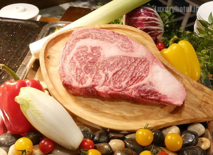 国産牛リブロースのグリル 生の肉 とても大きい