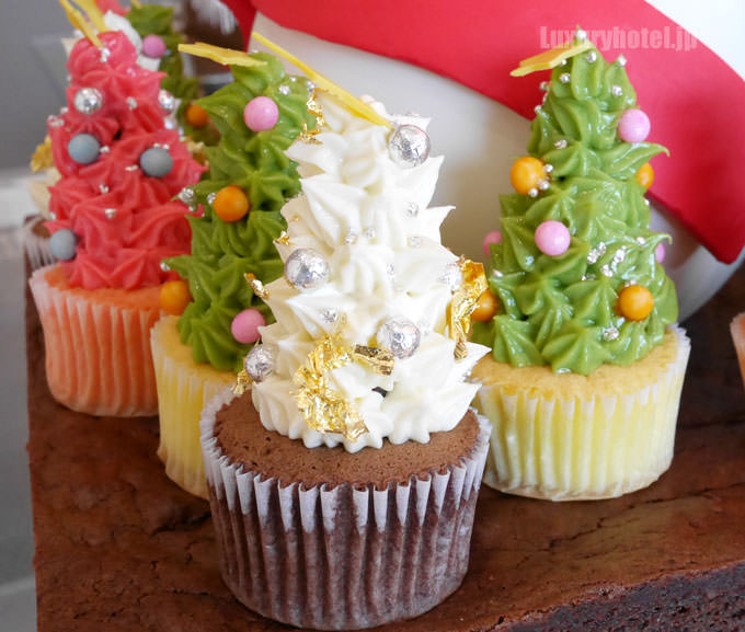 ボノム・ド・ネージュの周りにはクリスマスツリーの形をしたミニカップケーキ