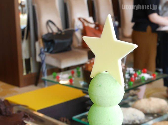 サパン・ド・ノエルのトップには星型のチョコレート