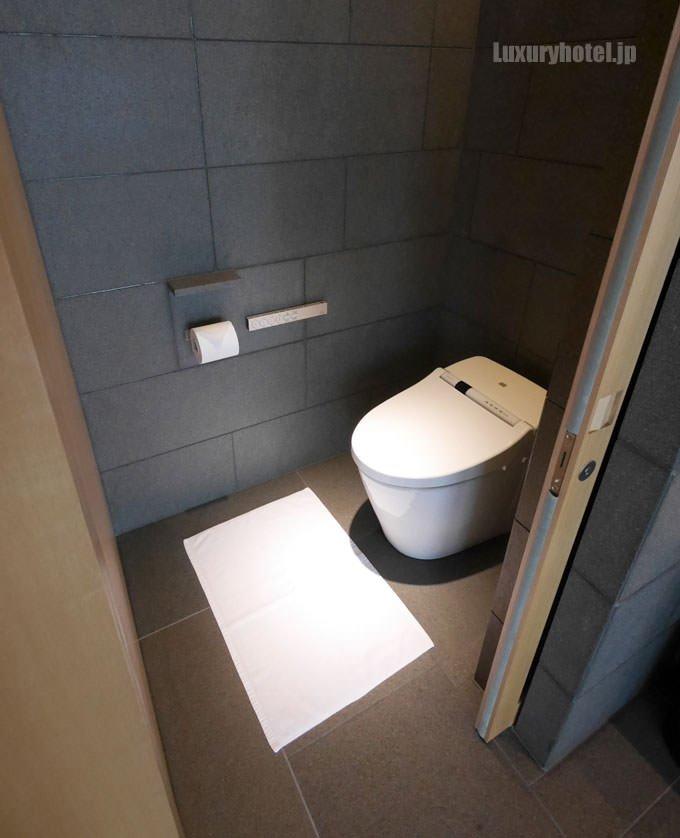 洗面所の左側にはトイレがある