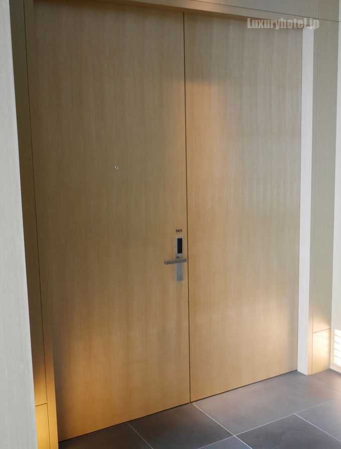 アマン東京コーナースイート 部屋のドアが大きい