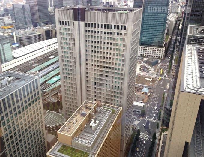 東京駅の駅舎はビルが邪魔で見えない