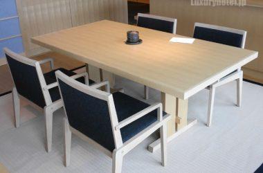 リビングルームのテーブルといす