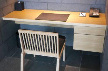 部屋のデザインと統一されたデスク