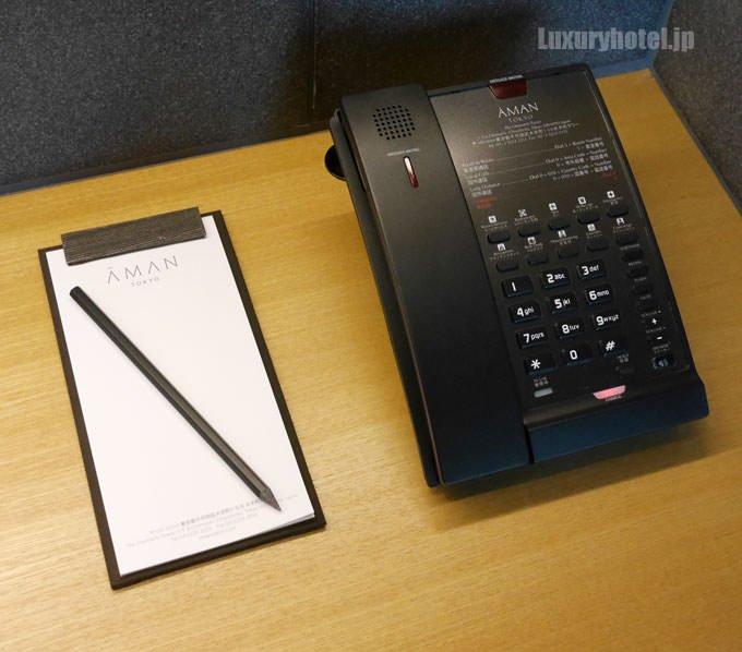 デスクの上の電話機とメモ