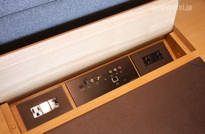 デスクには電源やUSB、オーディオ端子も用意されている
