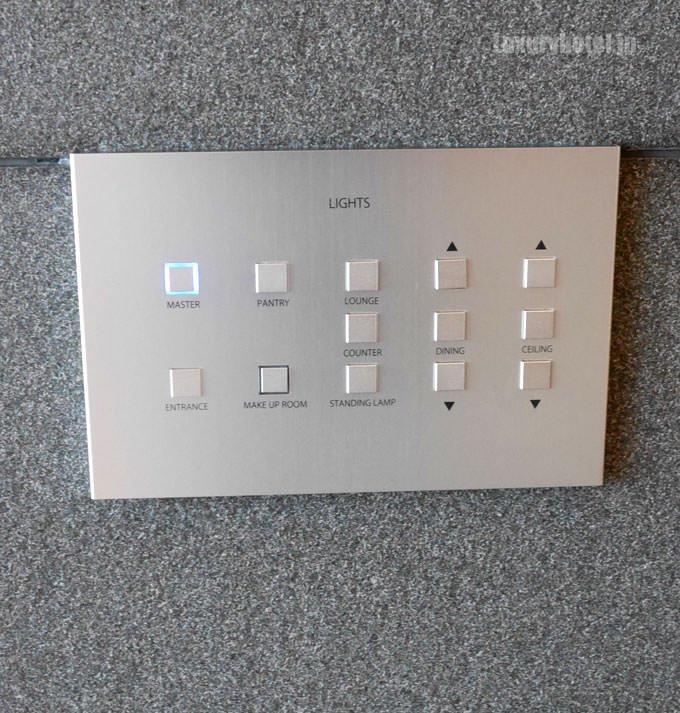 部屋の照明のコントロールパネルがある