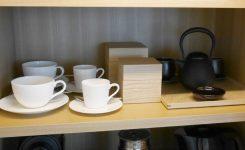 棚の2段目にはコーヒーカップとお茶、急須など