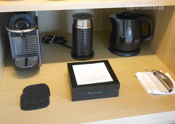 棚の一番下にはコーヒー類、ネスプレッソのコーヒーマシンと電気ポット