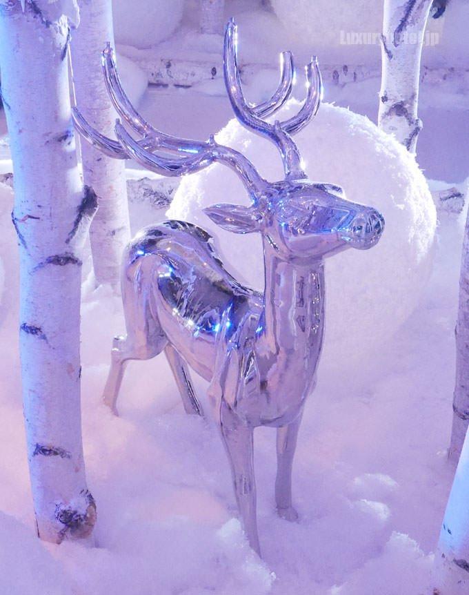 雪の森の中にはトナカイの姿もある