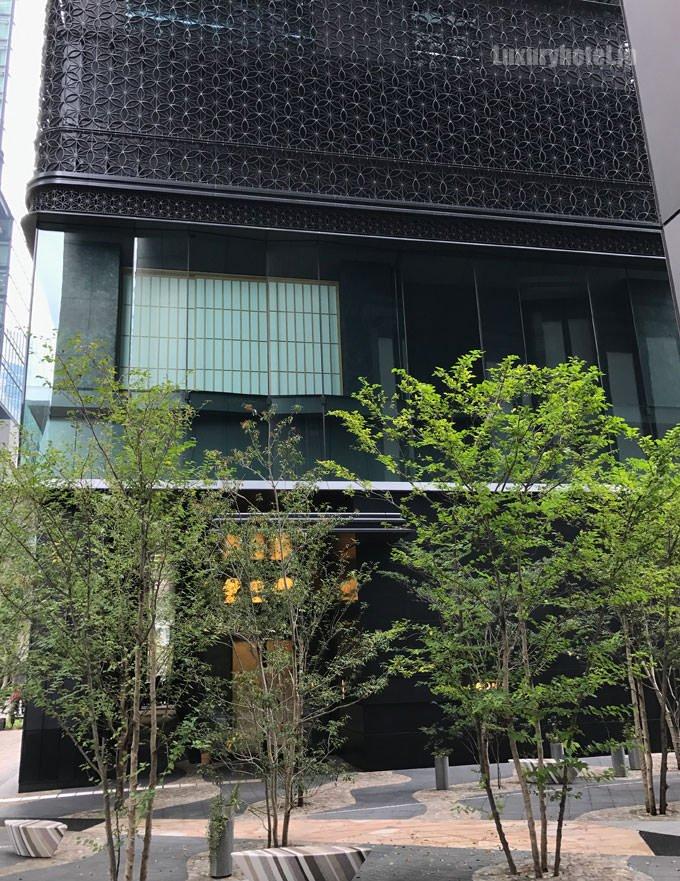 星のや東京 入り口の前 庭をイメージした緑が植えてあり目隠しになっている
