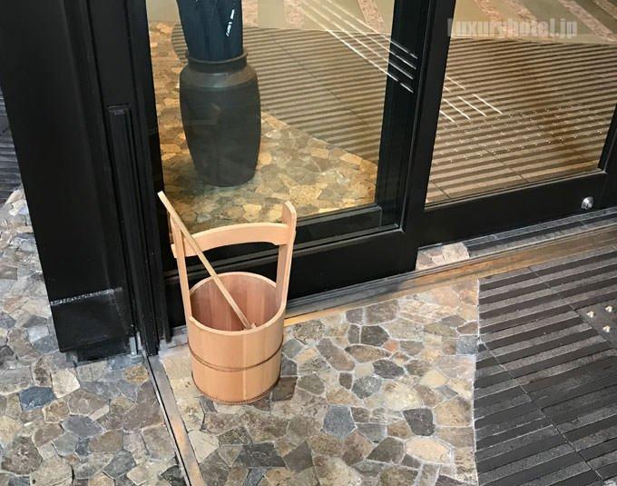 入り口には水桶