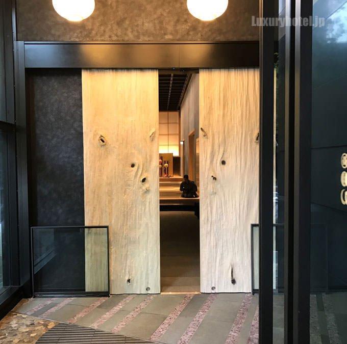 入り口の木のドアは樹齢300年の青森ヒバを使っている