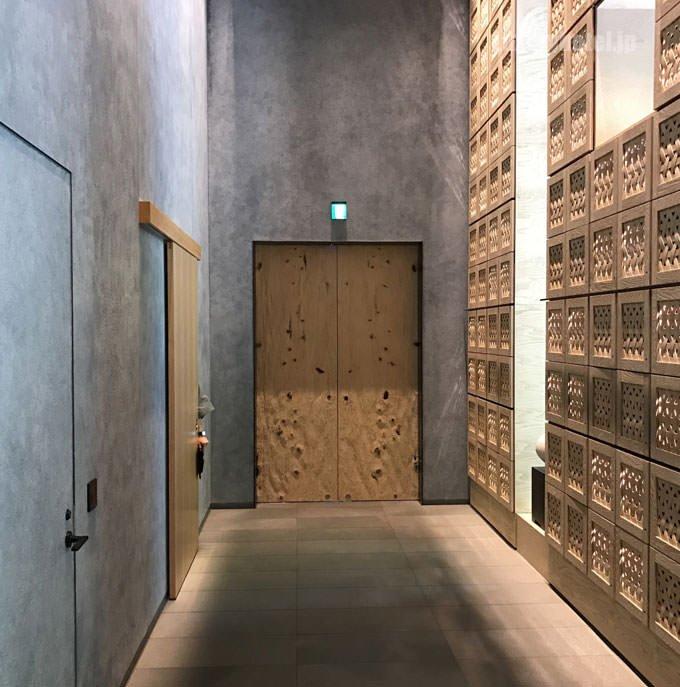 玄関の中から木の扉を見た画像