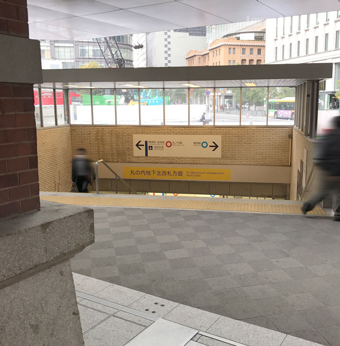 出口を出ると左斜めに地下鉄の入り口がある
